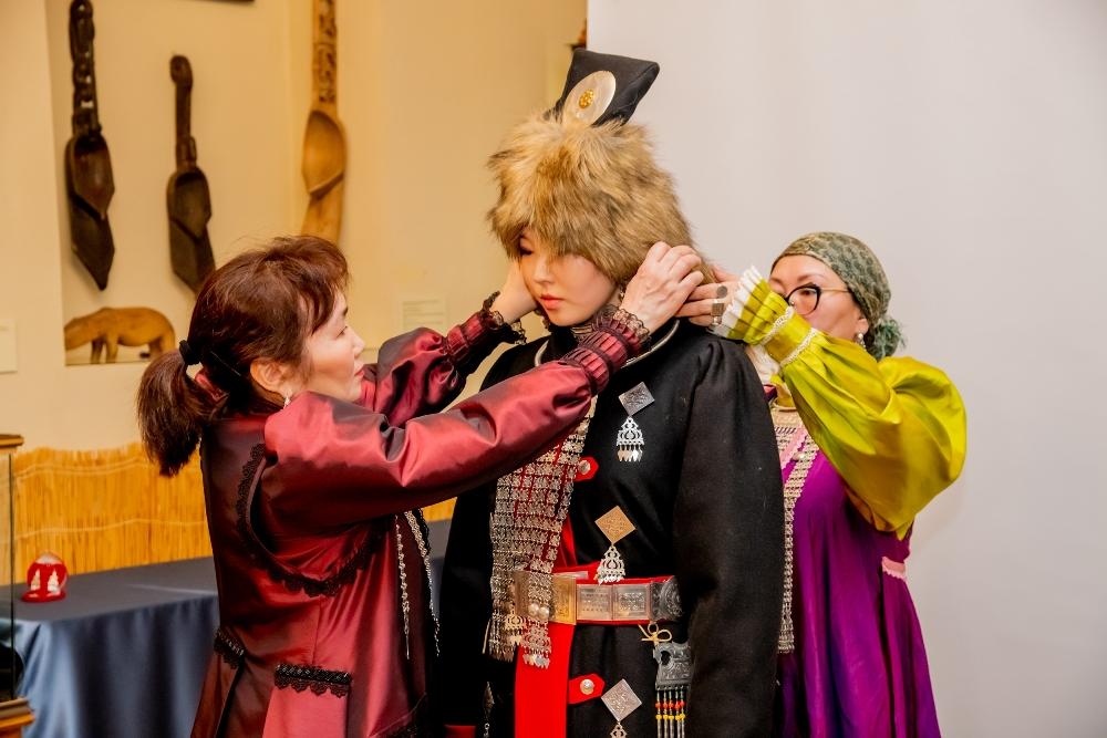 В Хабаровске состоялся традиционный вечер-показ «Серебряный век якутских украшений»