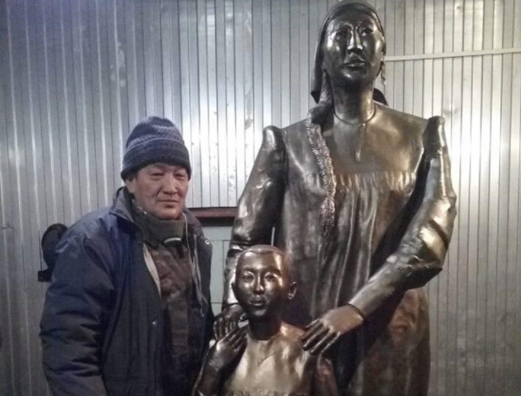Шедевр якутского мастера установили в новом сквере Матери села Болугур